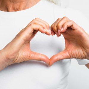 massage-les-fleurs-seniors-mains-en-coeur